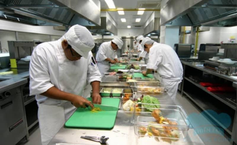 Kinh doanh bếp ăn công nghiệp đơn giản hay phức tạp? Cần phải chuẩn bị những gì khi kinh doanh?